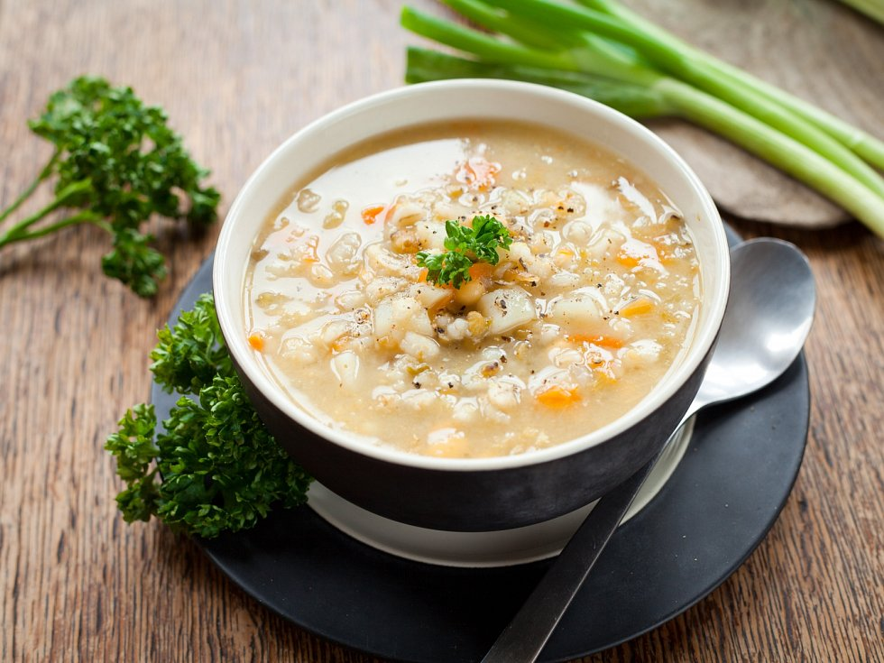 Polévka z uzeného ocásku s kroupami