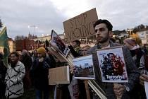 Na podporu Kurdů na severu Sýrie se dnes vpodvečer sešlo v Praze na Klárově asi 700 lidí, demonstrují proti turecké ofenzivě
