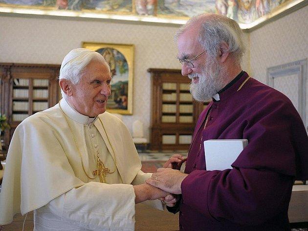 Papež Benedikt XVI. se zdraví s arcibiskupem z Canterbury Rowanem Williamsem během jejich setkání ve Vatikánu.