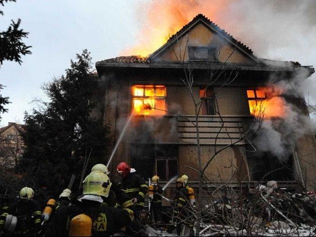 Masivní nasazení pražských hasičů z pěti základen profesionálů i čtyř zbrojnic dobrovolných sborů a také více než hodinové uzavření komunikace si v pátek po šesté ráno vyžádal požár opuštěného domu zavaleného odpadky v Benešovské ulici na Vinohradech.