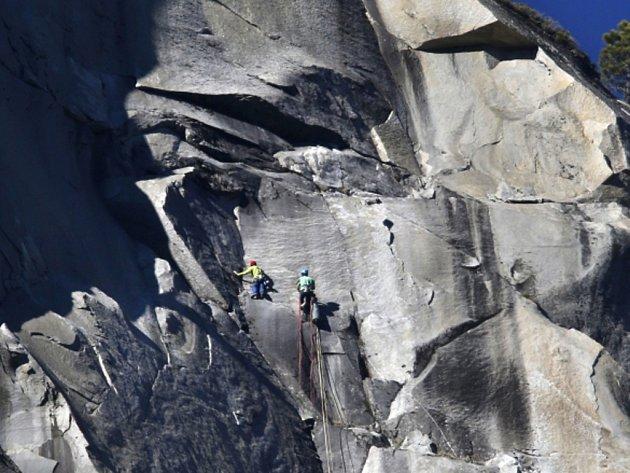 Dva američtí volnolezci ve středu jako první v historii zdolali volným lezením stěnu Dawn Wall žulového masivu El Capitan v Yosemitském národním parku.