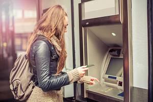 Výběr z bankomatu - Ilustrační foto