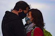 Muž se ženou s ochrannými rouškami 29. dubna 2020 v Praze na Vyšehradě