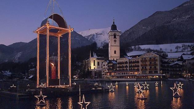 """V pátek 22. listopadu ve 13 hodin zahájí letošní """"Zámecký advent"""" na jezeře Traunsee v hornorakouském Gmundenu."""
