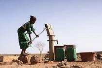 Více než třetina dívek v africkém státě Zimbabwe je nucena vdát se dříve, než jim je osmnáct.