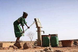 Rodí už v patnácti. Dívkám v Zimbabwe kradou dětství a hazardují s jejich životy
