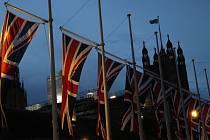 Britské vlajky u Westminsterského paláce v Londýně.