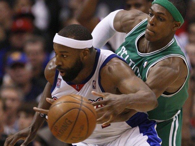 Bostonský Rajon Rondo (vpravo) se snaží vypíchnout míč Baronu Davisovi, hráči L.A. Clippers.