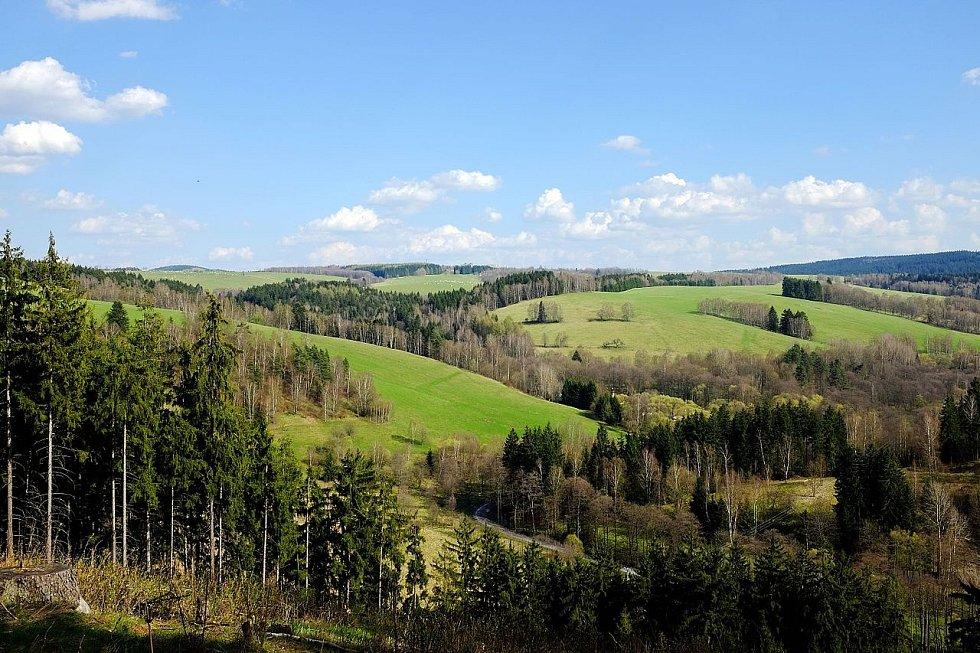 Chráněná krajinná oblast Slavkovský les se rozkládá v trojúhelníku lázeňských měst Karlovy Vary, Mariánské Lázně a Františkovy Lázně.
