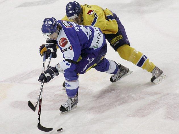 Fin Petrell bojuje o puk s Lindströmem.