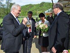 Miloš Zeman si v Hanušovicích připil pivem s předsedou představenstva pivovaru Holba.