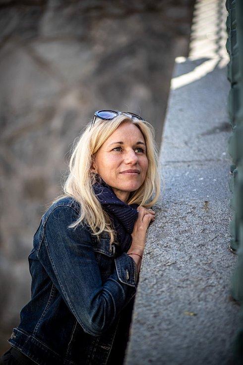 Shraním Zita Morávková začínala vpražském Dejvickém divadle, pak byla dvanáct let vangažmá v kladenském Divadle Lampion, kde pět let působila i jako umělecká šéfová.