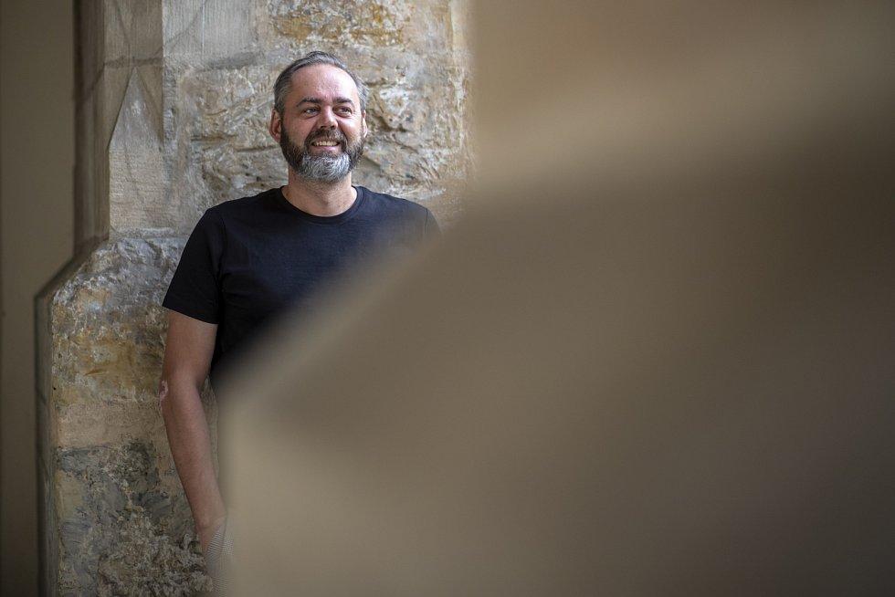 Osobitý novinář a moderátor své umění vymyslet a poskládat správně otázky rozvíjí i ve vlastní talk show 7 pádů Honzy Dědka.
