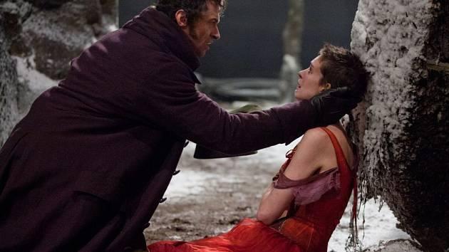 BÍDNÍCI. Fantine a Jean Valjean (Anne Hathaway a Hugh Jackman).