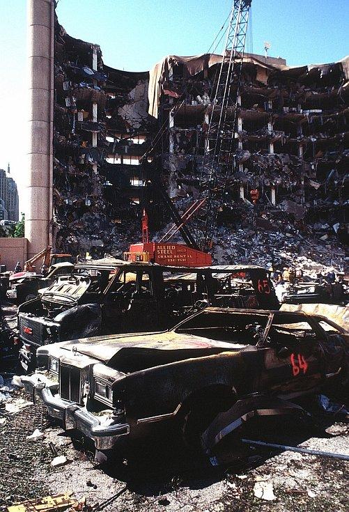 Místo hrůzy dva dny poté. Takhle poškodila bomba Timthyho McVeigha a jeho kompliců federální budovu v Oklahoma City. Při útoku zemřelo 168 lidí, šlo o nejhrůznější teroristický čin do 11. září 2001.