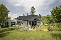 Architekti ze studia A1Architects však vymysleli pro nový dům nápadité řešení. Stavbu rozdělili na tři křídla, která kaskádovitě rozložili ve svahu.