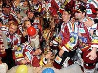 Společné foto hráčů Sparty s pohárem