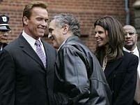 George Tenet v rozhovoru s kalifornským guvernérem Arnoldem Schwarzeneggerem.