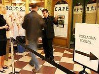 Hlavní vchod na výstavu v paláci Lucerna. Pro vozíčkáře tabu...