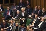 Dolní komora britského parlamentu, uprostřed je Boris Johnson.