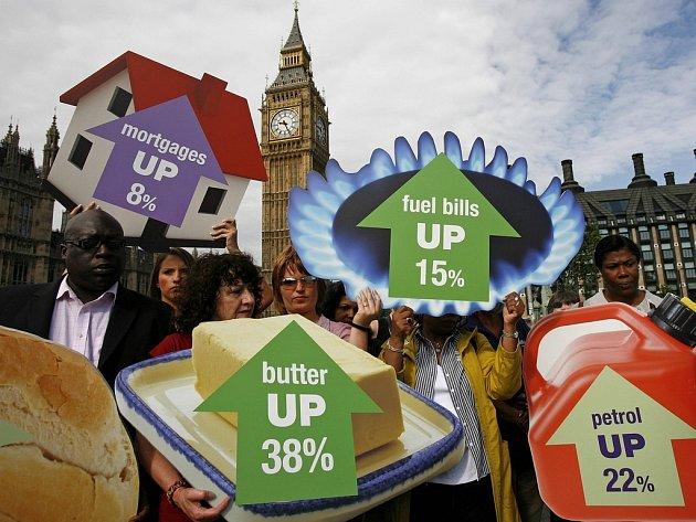 Zdražuje všechno, hypotéky, máslo, energie i benzín, upozornili odboráři v centru Londýna.