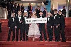 POCTA. Mladý tým filmu Leto vzdal vězněnému Kirillu Serebrennikovi symbolický hold na červeném koberci cedulí s jeho jménem.