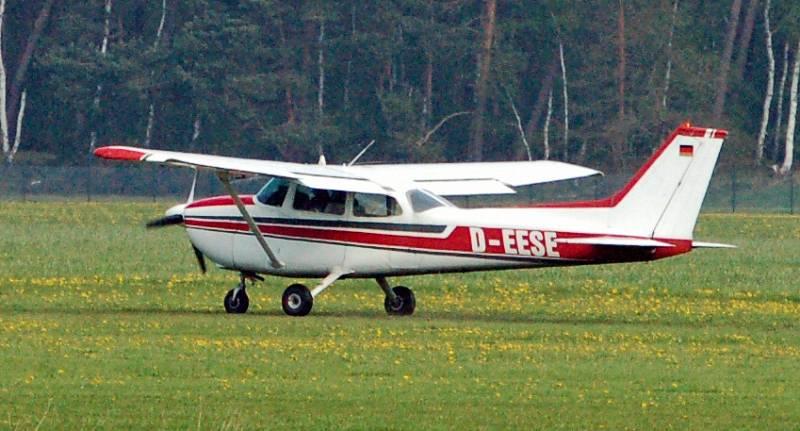 Červenobílá Cessna podobná té, se kterou podroušený pilot přistál v newyorských ulicích