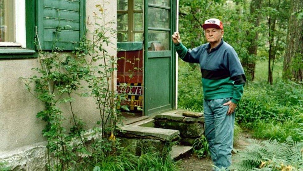 Bohumil Hrabal na chalupě v Kersku v roce 1994