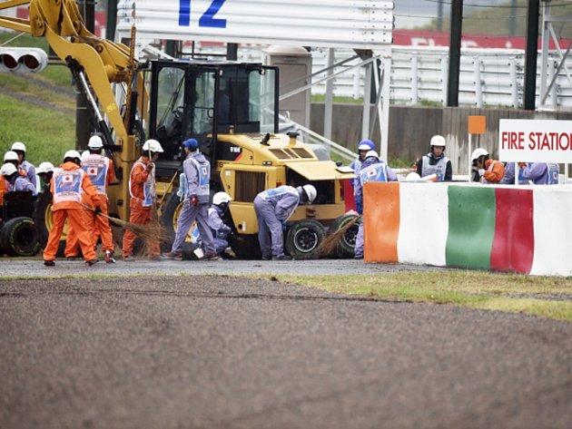 Jules Bianchi narazil ve Velké ceně Japonska do jeřábu. Jeho stav je kritický.