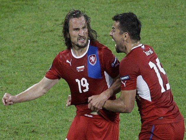 Čeští fotbalisté Petr Jiráček (vlevo) a Milan Baroš se radují z gólu proti Polsku.