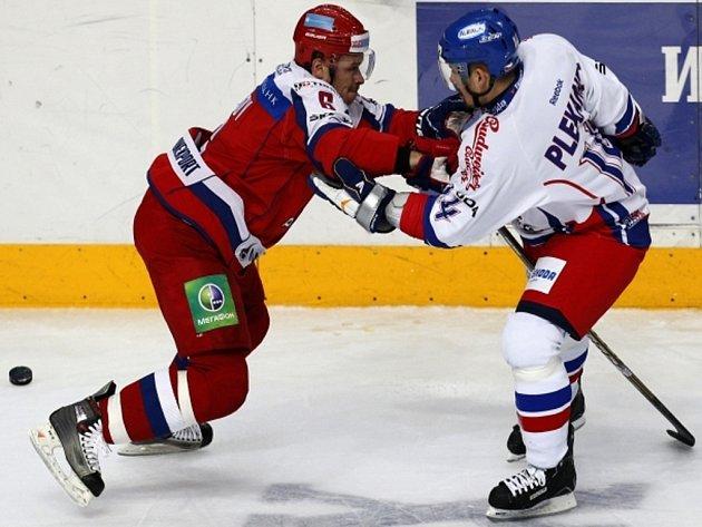 Kapitán české reprezentace Tomáš Plekanec (vpravo) se přetlačuje s Denisem Denisovem z Ruska.