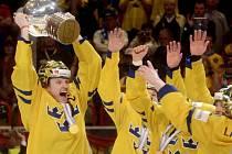 Švédský kapitán Staffan Kronwall (vlevo) s pohárem pro mistry světa.
