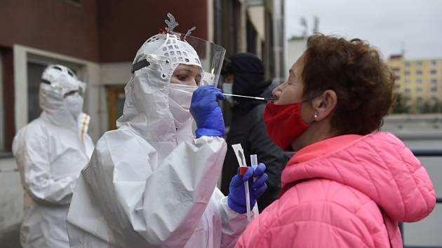 Zdravotnice odebírá vzorek v areálu Kroměřížské nemocnice, kde probíhá testování na nemoc covid-19 prostřednictvím antigenních testů pro každého zájemce