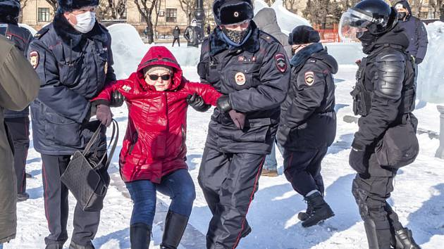 Policie v Chabarovsku zatýká ženu, která protestuje proti uvěznění opozičního předáka Alexeje Navalného