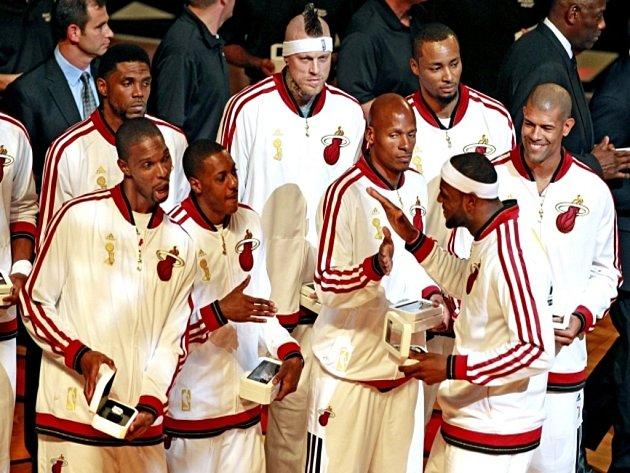 Basketbalisté Miami dostali při slavnostním ceremoniálu před zápasem s Chicagem prsteny připomínající triumf z minulé sezony.