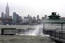 Kvůli blížícímu se hurikánu Sandy hrozivě stoupala voda a čeřily ji nezvykle vysoké vlny.