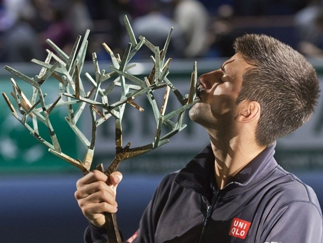 Novak Djokovič s trofejí pro vítěze turnaji Masters v Paříži.