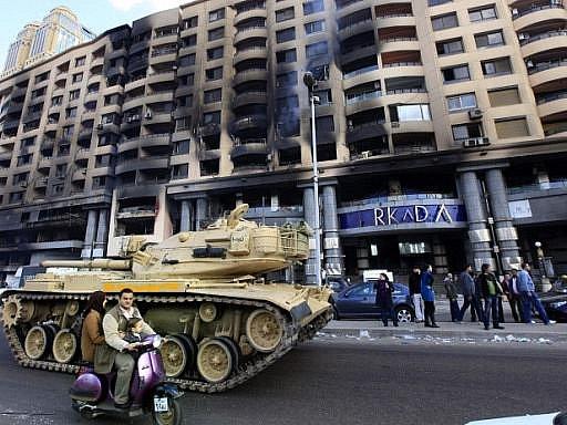Egyptský prezident Mubarak jmenoval novou vládu, přesto pokračují rozsáhlé demonstrace za jeho odstoupení, v centru Káhiry je asi 50.000 lidí a protestuje se i v řadě dalších měst.