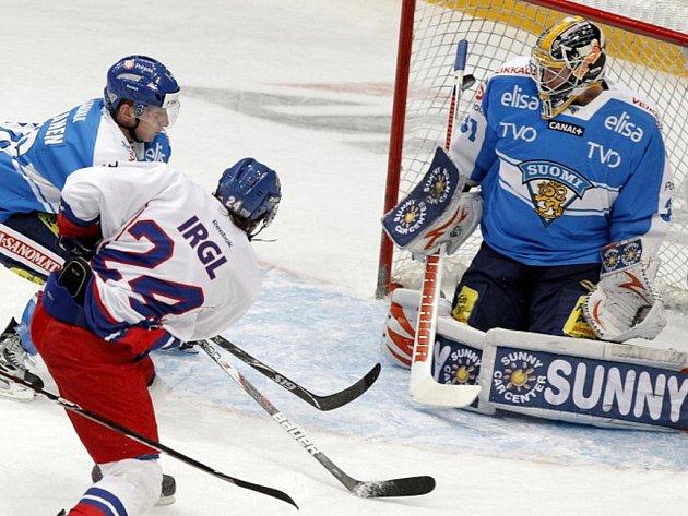 Zbyněk Irgl překonává gólmana Finska Mikko Koskinena.
