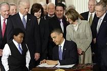 Americký prezident Barack Obama v úterý v Bílém domě podepsal zákon o zdravotní reformě, který tak vstupuje v platnost. Schvalovací proces kontroverzní právní normy v americkém Kongresu dokončila americká Sněmovna reprezentantů v neděli.