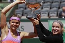 Lucie Šafářová a Bethanie Matteková-Sandsová s trofejí