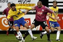Milan Matula z Teplic (vlevo) se snaží obehrát Tomáše Stráského.