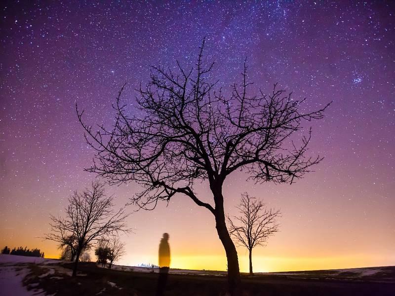 Noční jasná obloha plná hvězd.