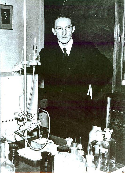 Profesor Jaroslav Heyrovský ve své laboratoři
