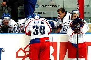 Smutek českých hokejistů po čtvrtfinálové porážce s týmem USA na domácím mistrovství světa v roce 2004