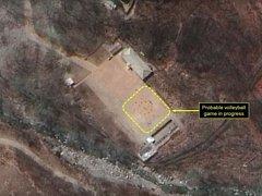 Satelitní snímek severokorejské jaderné základny s volejbalovým hřištěm..