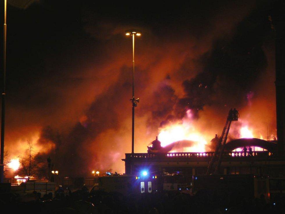 Plameny zachvátily Průmyslový palác na pražském Výstavišti
