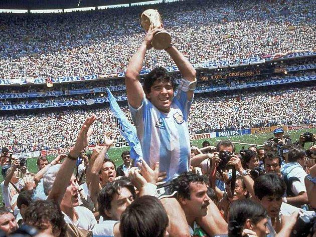 """I díky """"boží"""" ruce Diega Maradony se Argentinci v roce 1986 stali mistry světa."""