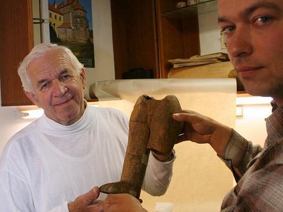 Archeologové Zdeněk Čižmář a  Vladimír Podborský s torzem mašovické Venuše.