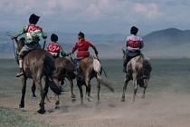 Děti, prohánějící se na koních po nekonečných mongolských stepích, sní o slávě v zemi, kde je jezdectví historickou zálibou.